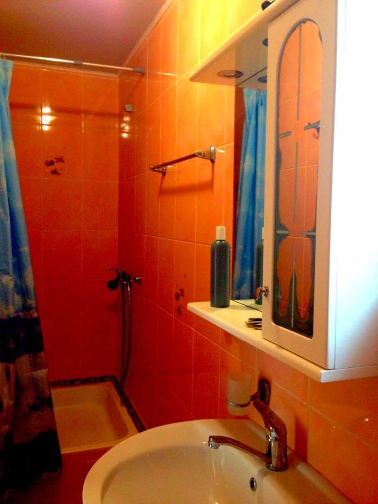 Туалет и душевая кабинка в 25 номере