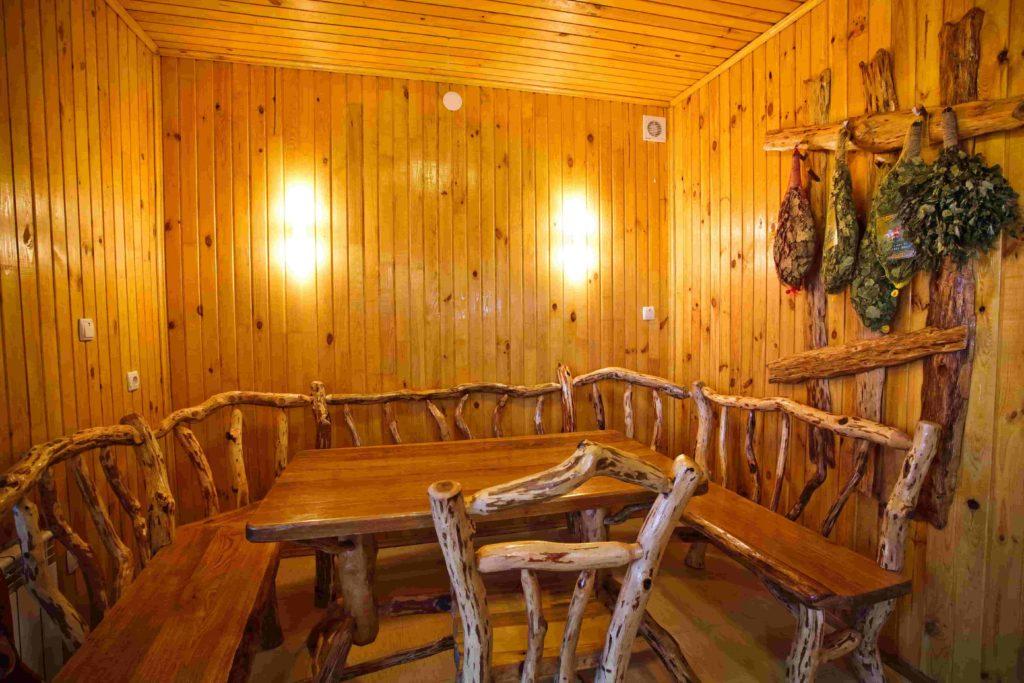 В сауне стоит стол и несколько скамеек