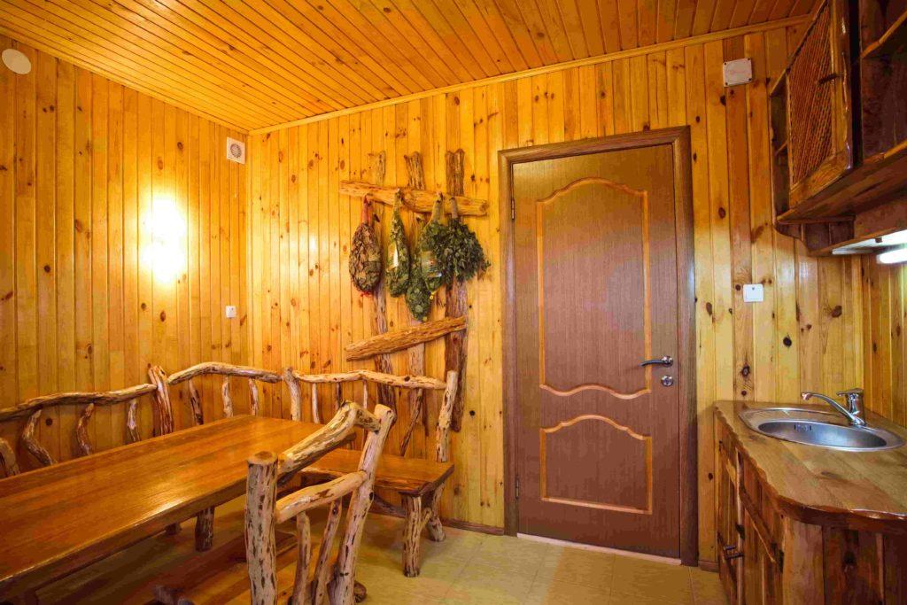 Общий вид комнаты отдыха в сауне Воробьиное гнездо