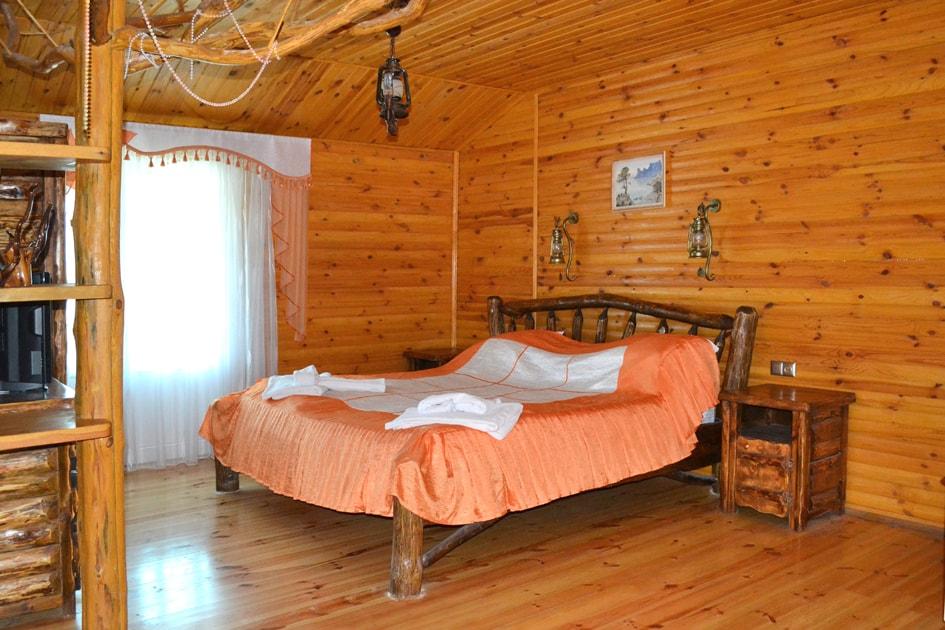 Старинная кровать ручной работы в президентсом Vip номере в Судаке